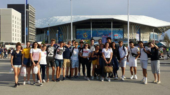 Le groupe devant le Parc OL avant la rencontre .
